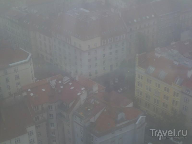 Жижковский высилач в осеннем тумане / Чехия