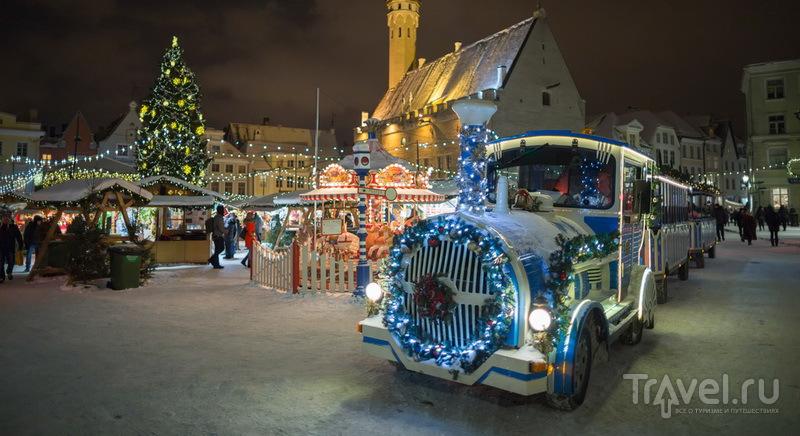 Туристический паровозик City Train и центральная рождественская ярмарка Таллина