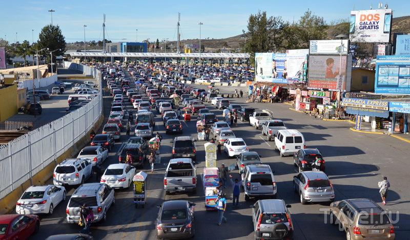 Очередь на границе Мексика - США / Фото из Мексики