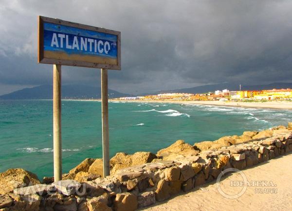 Указатель Атлантического океана в Тарифе, Испания / Фото из Испании