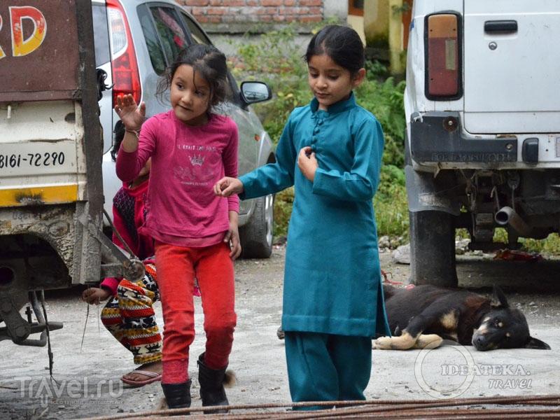 Девочки в шальвар-камисе и западной одежде / Фото из Индии