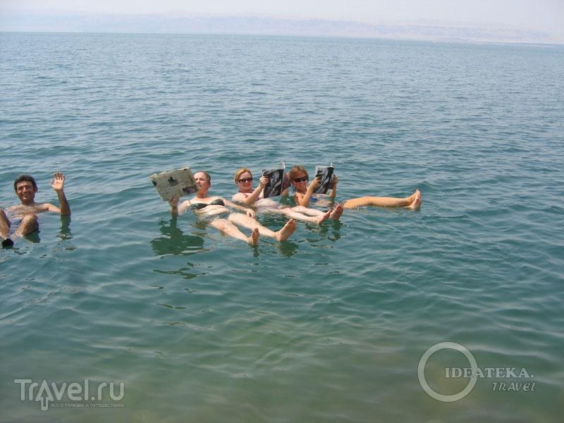 На воде Мертвого моря можно лежать! / Фото из Иордании