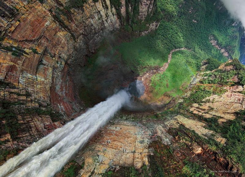 Вид на водопад Дракон из глаз пролетающего орла / Фото из Венесуэлы