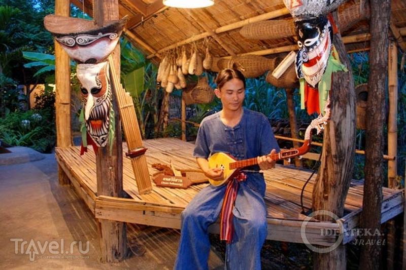 """Музыкант из """"тайской деревни"""" на Siam Niramit в Бангкоке / Фото из Таиланда"""