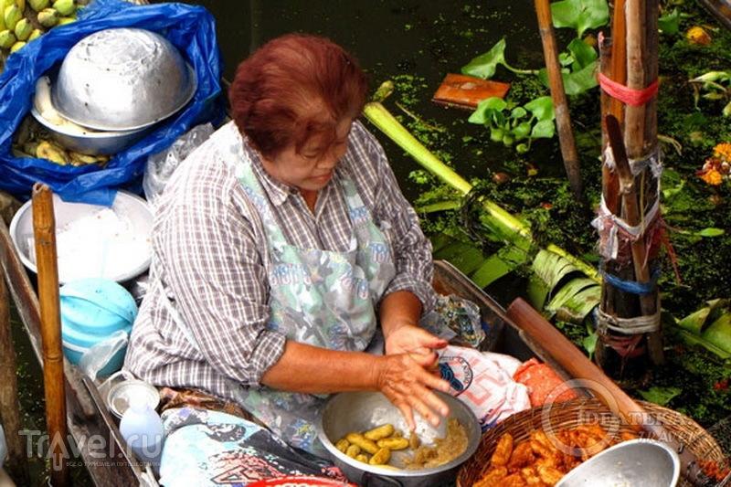 Торговка едой на плавучем рынке в Таиланде / Фото из Таиланда