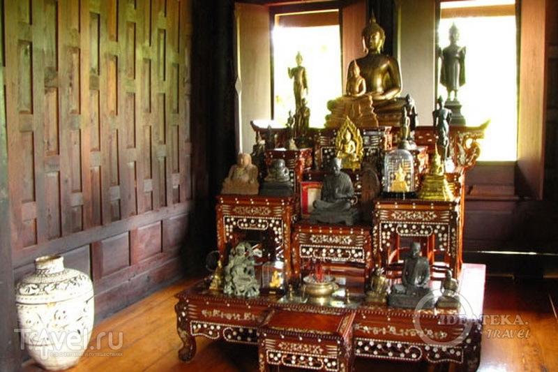 Алтарь в традиционном тайском доме, парк Мыанг-Боран, Таиланд / Фото из Таиланда