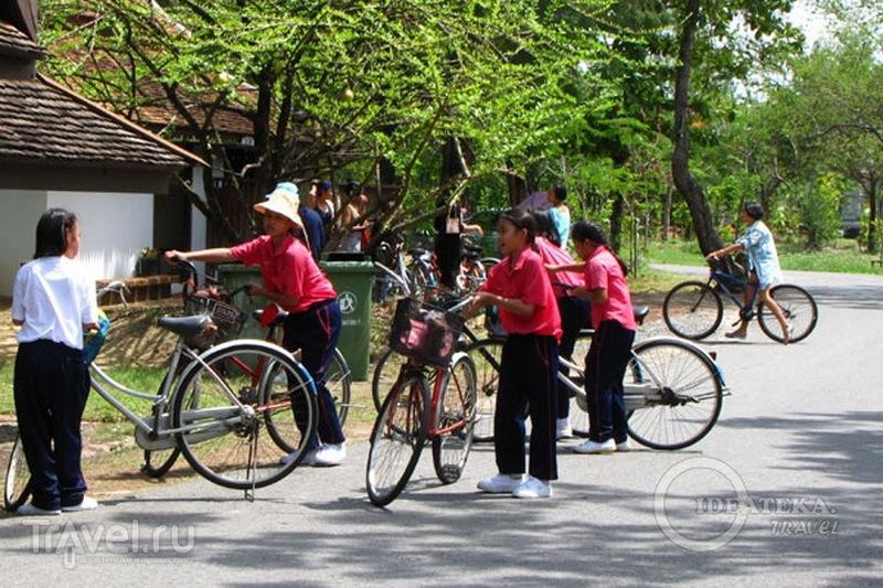 Школьники на велосипедах в парке Мыанг-Боран, Таиланд / Фото из Таиланда