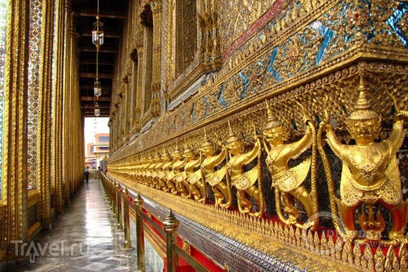 Стена храма Изумрудного Будды в Бангкоке  / Фото из Таиланда