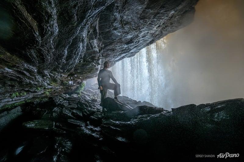 Внутри водопада Ача / Фото из Венесуэлы