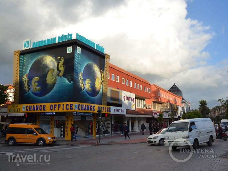Магазины на бульваре Ататюрка в Аланье  / Турция