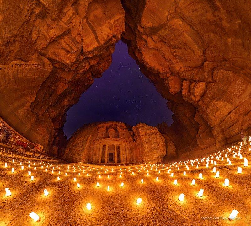 Петра при свете свечей / Фото из Иордании