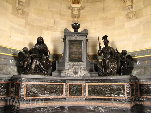 Урна с сердцами принцев Кондэ в замке Шантийи / Фото из Франции