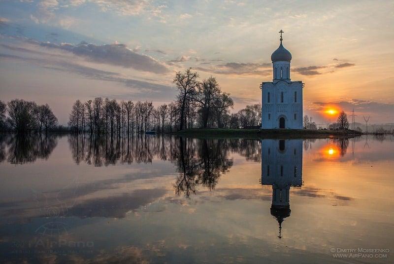 Церковь Покрова на Нерли, разлив в 2012 году / Фото из России