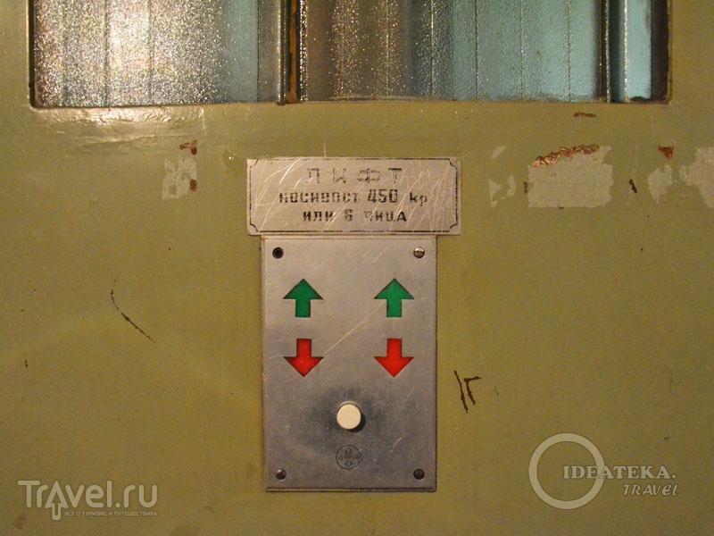 "Кнопка вызова лифта со ""следами времени"" / Сербия"