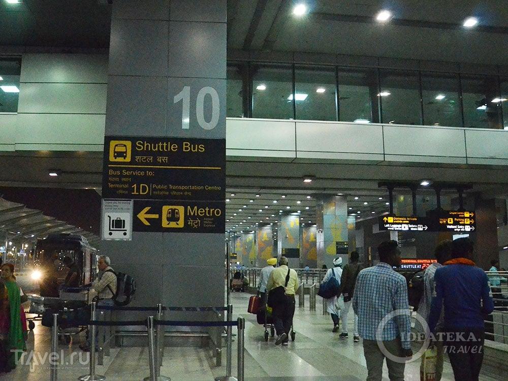Место посадки на автобус между терминалами / Фото из Индии